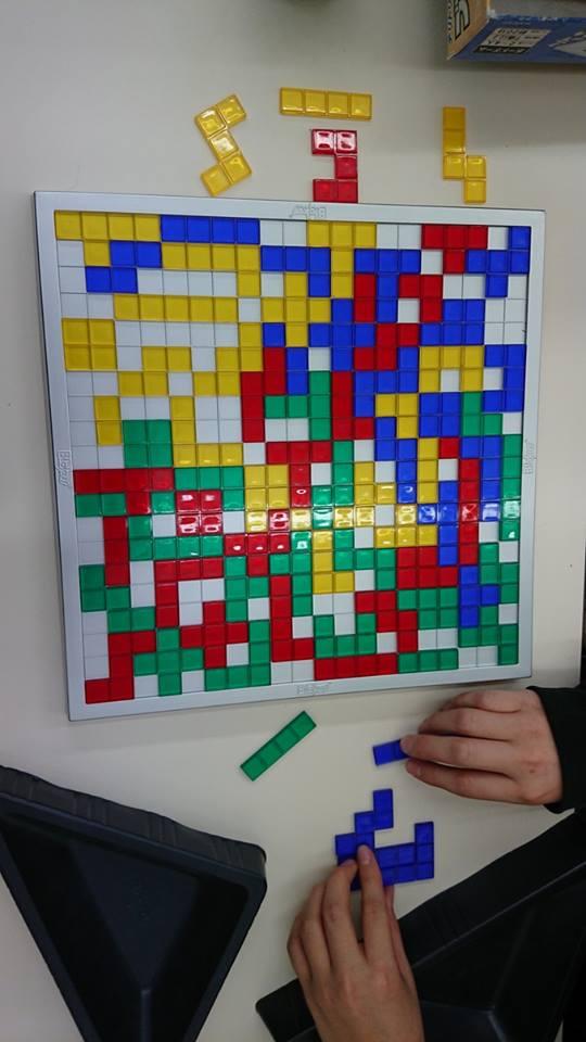 右脳を鍛えるロジカルゲーム「ブロックス」は、休憩時間の大人気ゲームです。