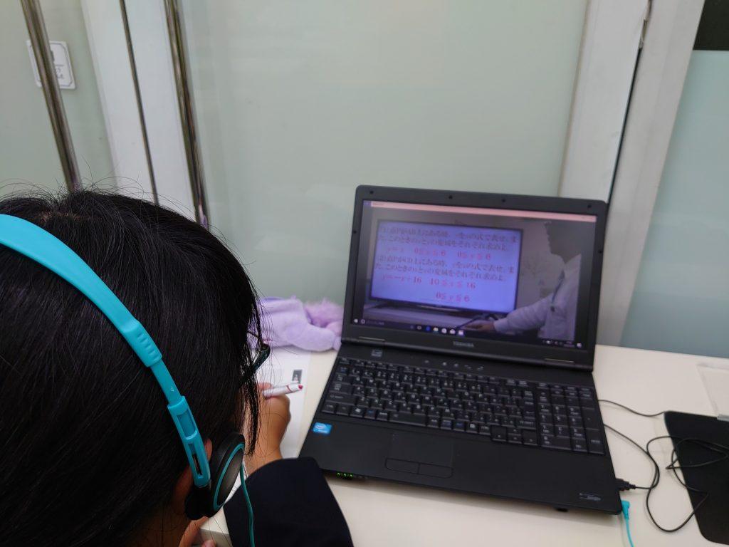 開成館アカデミーはオンラインでの学習ができますので、送迎の心配がなく保護者様の負担が軽いオンライン自習室として利用することができます。