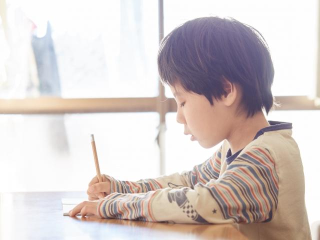 大学入試改革を見据え、中学入試の問題も変わってきています。 大学入試改革では、今自分が持っている知識を総動員し、過去問のない問題に思考力を持って臨まなければなりません。  つまり、机上の勉強だけでは太刀打ちできない問題です。 だから、受験勉強以外の経験や知識、人間としての教養があるかどうかが問われてしまいます。 そのため、家庭での働きかけが重要な鍵となりますので、中学受験を考えられるのであればご家族でよく話し合い取り組まれることをお勧めします。