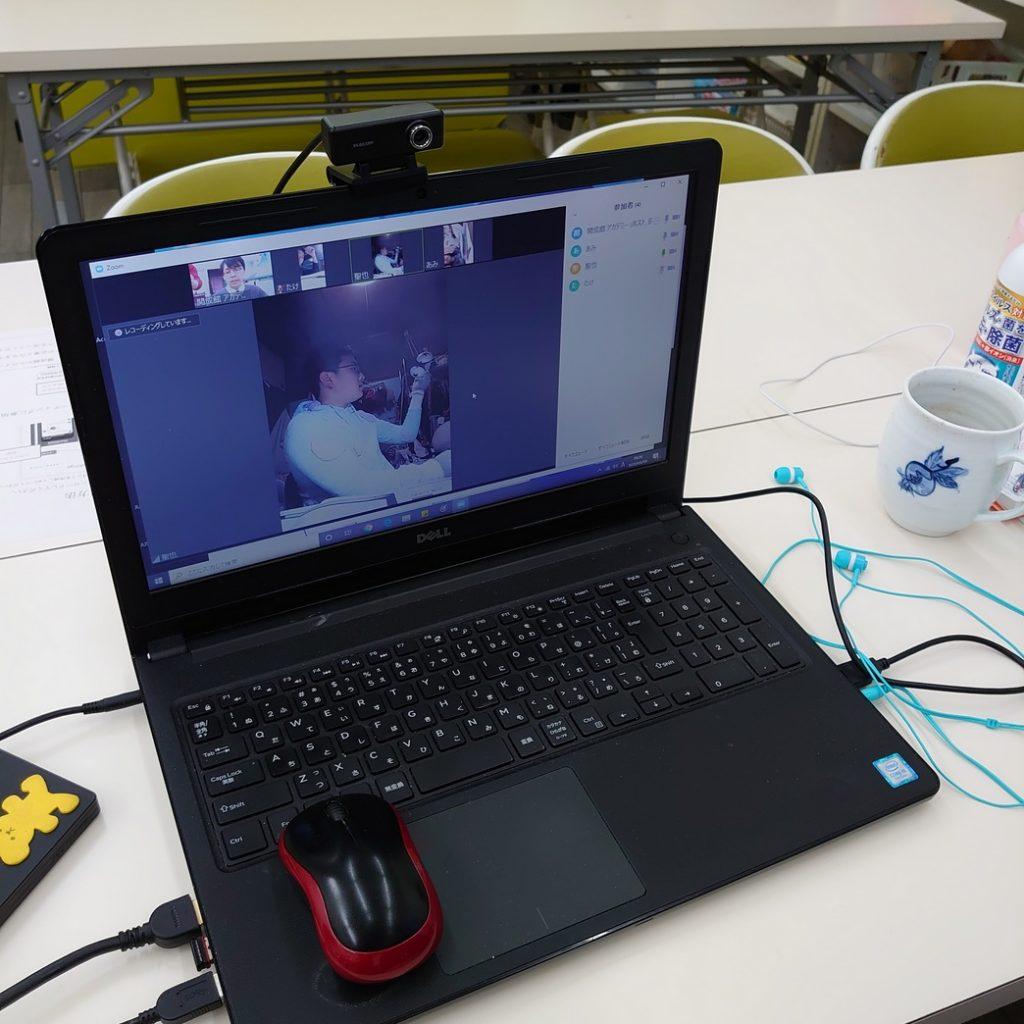 オンライン授業中の生徒は画面の中です。 本日は6名入っています。