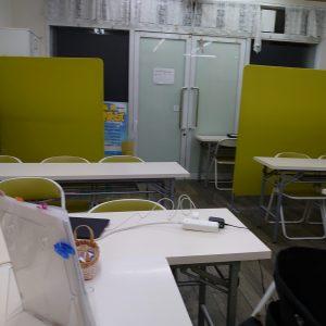 教室はご覧のように空です。コロナウイルス対策でオンライン授業を勧めています。