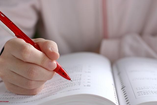 入試は時事問題を出されることが多くあります。   時事問題が出される理由としては、教育改革の影響もあり社会に興味関心を持ってしっかり考え行動することを求められており、そのために新聞を読むことは有益であるということです。また、読む力をつける以外に要約をしたり自分の感想をまとめたり、いろいろな 使い方があります。